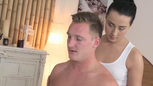 Tugging masseuse hotty gives a concurring massage