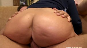 fucking the pussy and the threesome is so excited