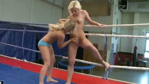 Blonde wench cant resist the temptation to have sensual lesbos sex concerning gorgeous Lisa